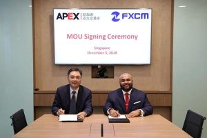 Zhu Yuchen from APEX signing an MoU with Siju Daniel from FXCM
